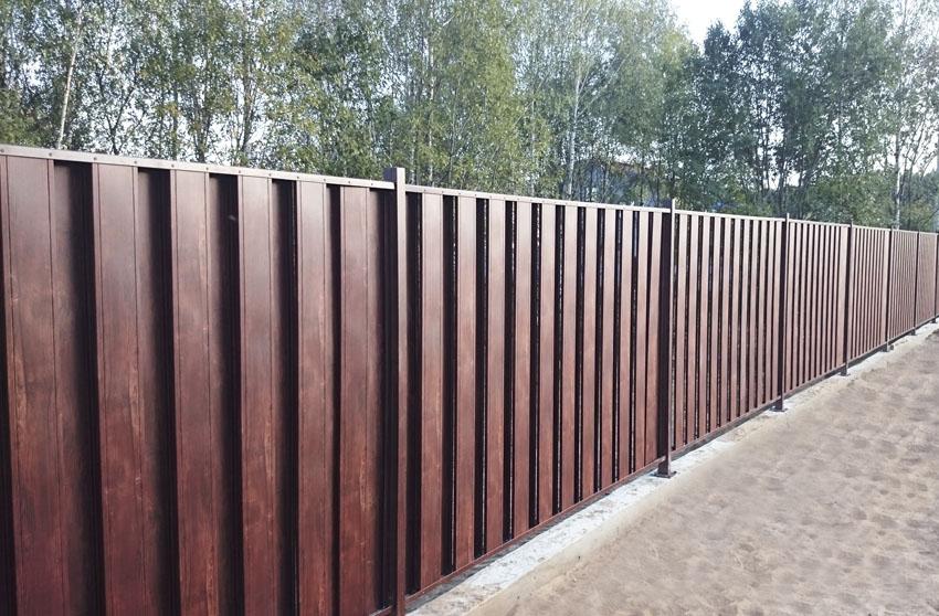 Забор из металлического штакетника цвета под дерево